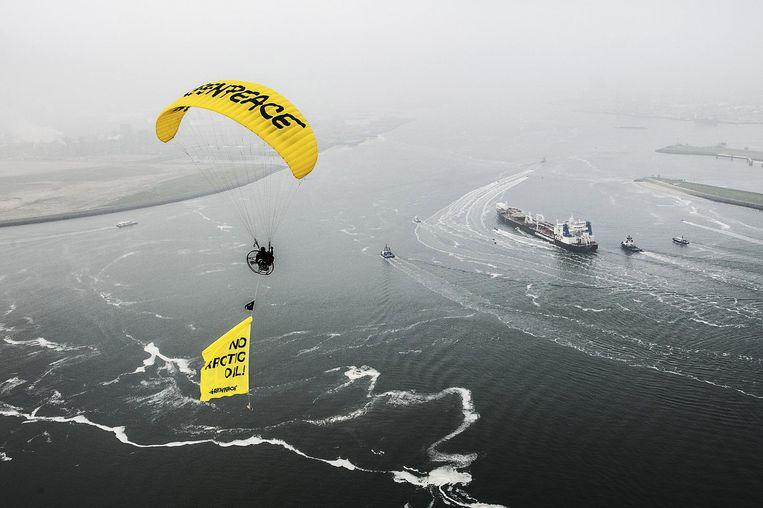 Greenpeace eerder deze maand in actie in Rotterdam tegen een Russische olietanker Beeld ap