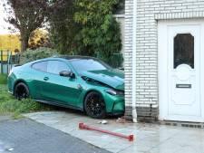 Drie dagen oude BMW M4 knalt tegen woonhuis