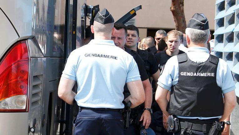 Russische supporters worden van de bus gehaald in Mandelieu, bij Cannes. Beeld Photo News