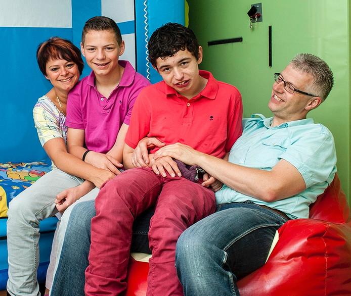 Vlnr Shirley, Brandon, Jason & Dave Timmers. Jason Timmers (19) is meervoudig gehandicapt en kan moeilijk een plaats krijgen bij een instelling omdat hij te zorgintensief zou zijn.