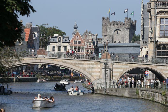 Illustratiebeeld. Mensen in Gent genieten van het mooie weer.