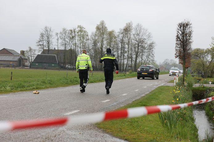 De weg waar het ongeluk plaatsvond is afgezet.