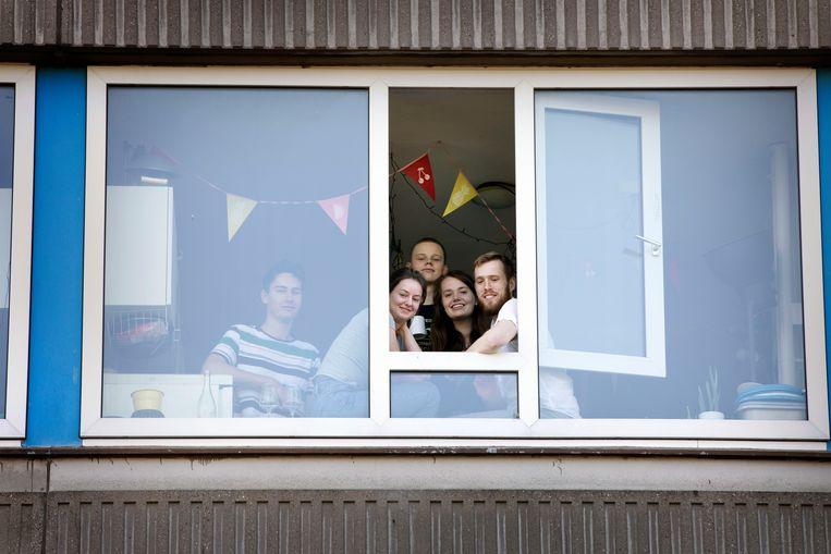 Studentenhuisvesting aan de Ina Boudier Bakkerlaan in Utrecht: hoe houd je afstand? Rechts met baard: Tom Schroot.  Beeld Werry Crone