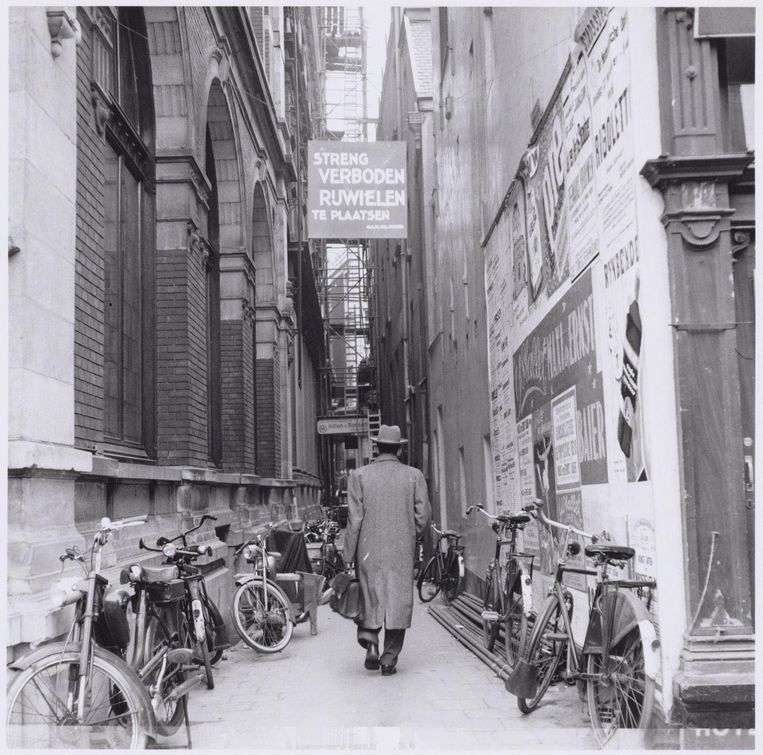 Ook in 1955 voelde niet iedereen zich aangesproken door een parkeerverbod voor fietsen Beeld Ben Merk/Collectie Stadsarchief