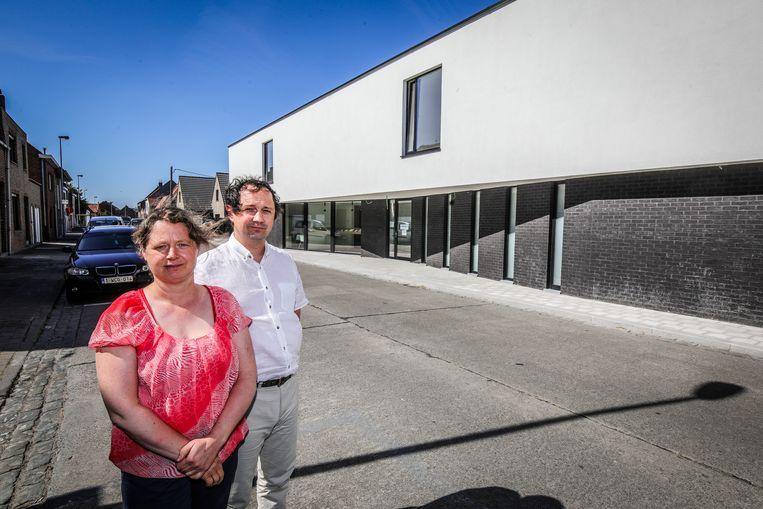 Gregory Pollet en Annick Bentein bij hun uitvaartcentrum in Oudenburg.
