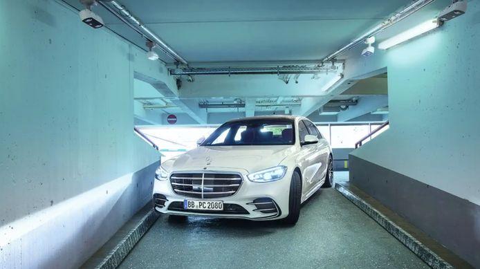 Via camera's aan het plafond kan de wagen zelfs door smalle ruimtes in de parkeerplaats geloodst worden.