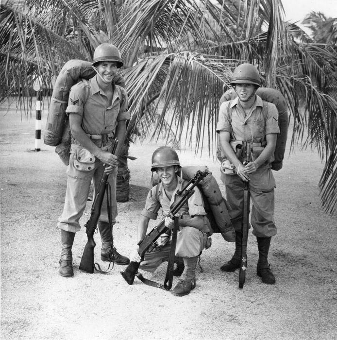 Marinier Ad Kommers (m) op Curaçao bij het 1e Infanteriepeloton.