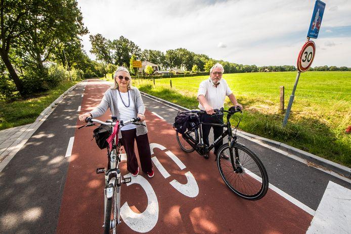René en Lettie Bolhaar zijn wél blij met de fietsstraat, zo vertelden ze vorige week.  Foto Reinier van Willigen RVW20210708