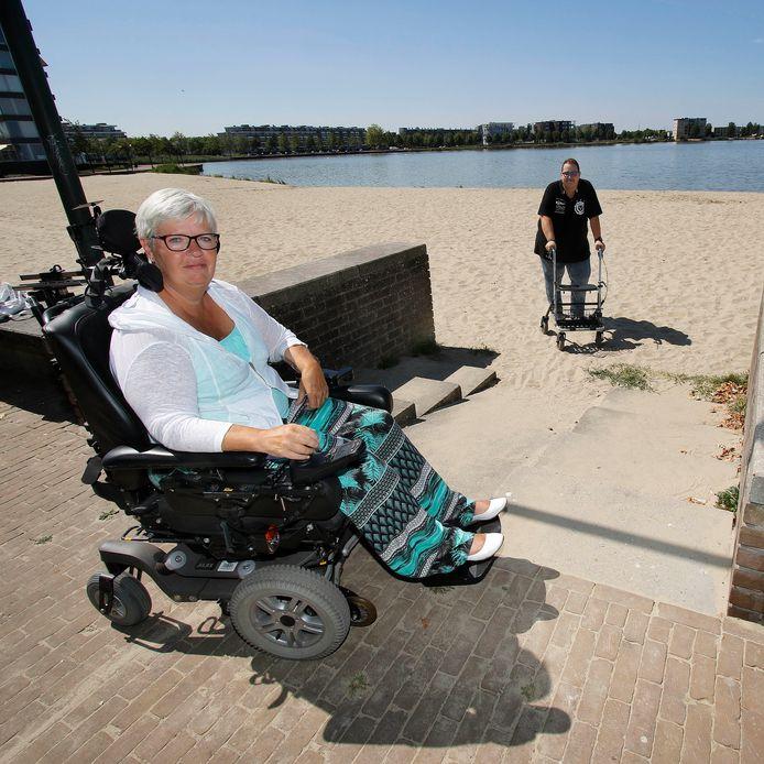 Ingrid Lucas ijvert voor een rolstoelpad naar de waterkant bij De Boulevard. Het CDA van Stefaan Verheugt schiet haar te hulp.