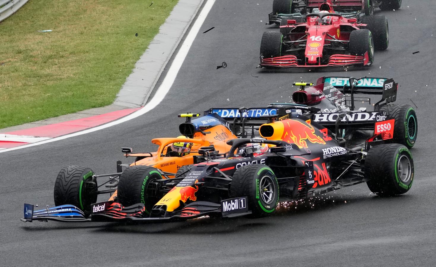 Lando Norris tikt Max Verstappen aan, nadat hij door Valtteri Bottas uit de race wordt gereden.