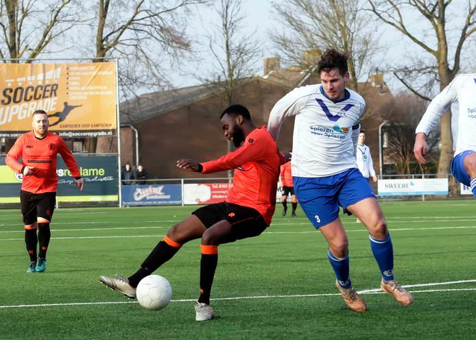 Sam Snoeijs (rechts, Cluzona) scoorde op aangeven van Tom Sanen de 2-0 tegen FC Tilburg. (archieffoto)