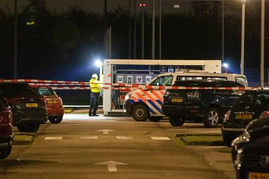 De politie zoekt de daders, die mogelijk zijn weggereden in een zilveren Volkswagen Transporter met geblindeerde achterruiten. Via Burgernet wordt opgeroepen om de inzittenden niet zelf te benaderen.
