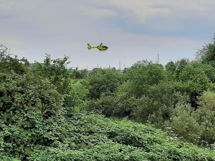 De traumahelikopter boven de jachthaven van Wageningen.