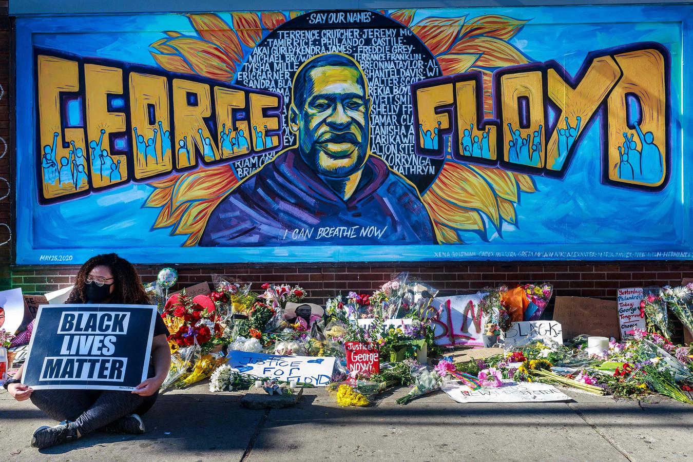 Een gedenkplenk voor George Floyd, vlakbij de plek waar hij overleed.