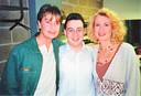 Kapper Marc Dekegel tijdens zijn jaren achter de schermen van Tien Om Te Zien op de foto met presentatoren Willy Sommers en Anne De Baetzelier.