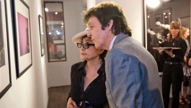 Paul Mccartney en Yoko Ono bij een expositie van Linda McCartney. Beeld REUTERS