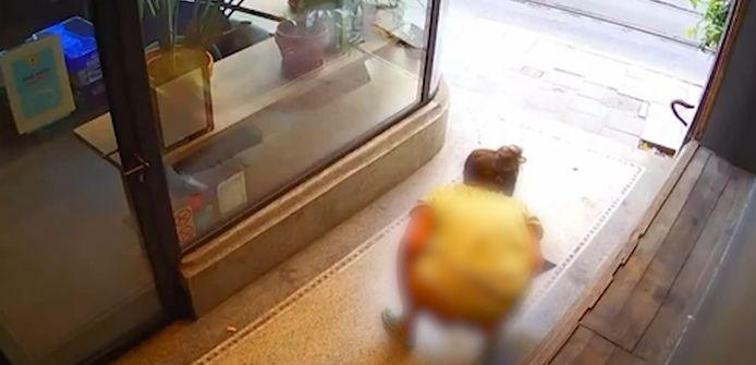 De vrouw plaste in de hal naast restaurant Luv L'oeuf