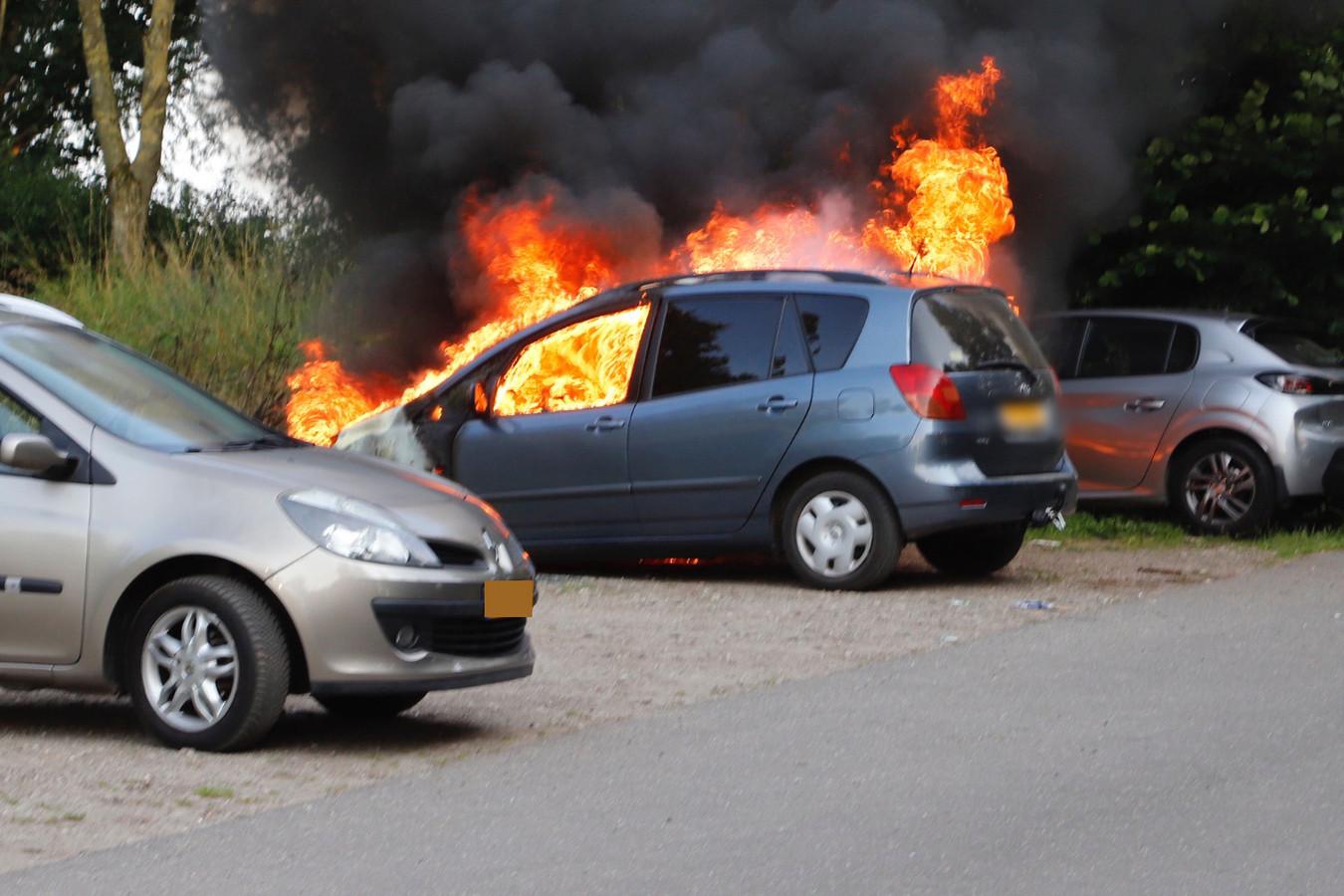 De auto is uitgebrand in Linden.