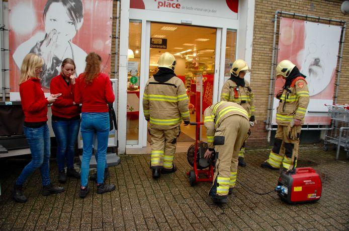 De brandweer was aanwezig om te controleren of de brand uit was.