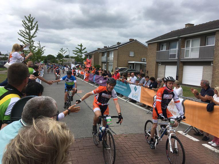 De moedige fietsers werden verwelkomd met een high-five.