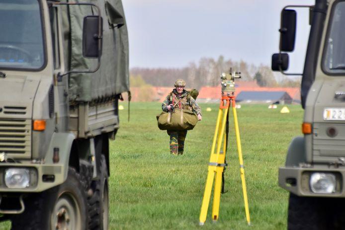 Een paracommando is veilig geland op het militair vliegveld van Moorsele.