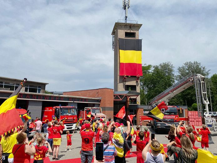 Brandweer Bilzen hing zelfs een reuzenvlag op van bijna 10 meter lang.