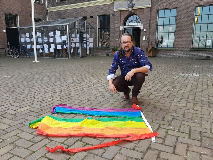 Peter Adema van Kleurrijk Kampen vond een in stukken gescheurde regenboogvlag terug aan een paal in de Oudestraat.