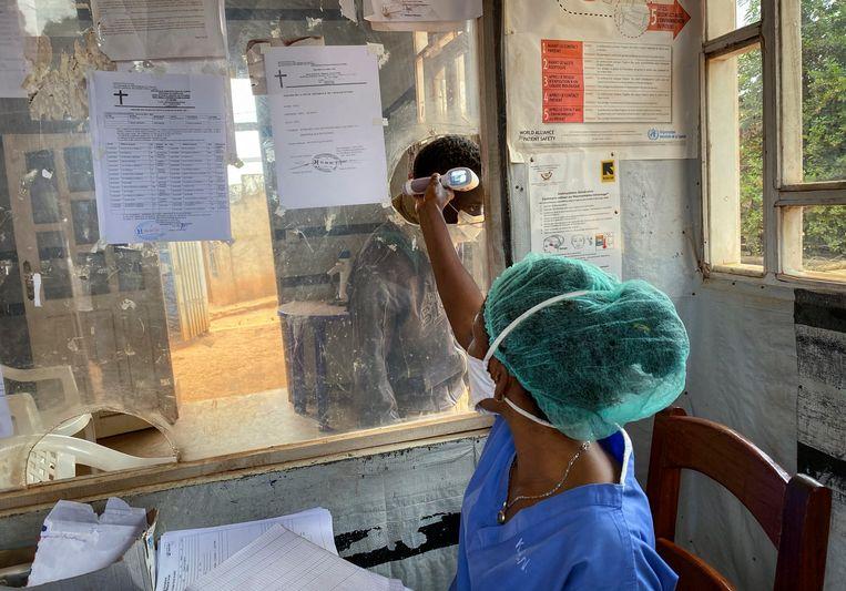 In het ziekenhuis van de Congolese stad Butembo wordt de temperatuur gemeten van een bezoeker die in contact is geweest met een ebolapatiënt.   Beeld AP