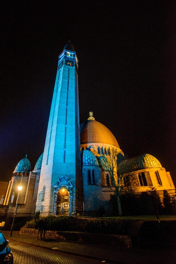 Ook de toren van de St. Jan kleurde voor een maand wet blue.