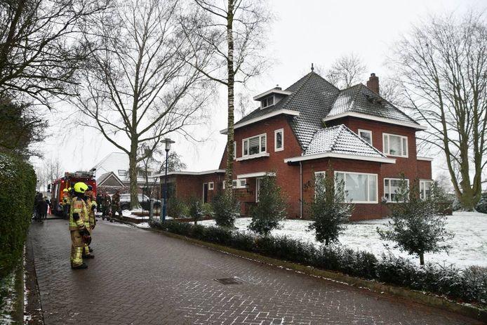 Op een zolder van een woning in Scherpenisse is vanmiddag brand uitgebroken. Er raakte niemand gewond.