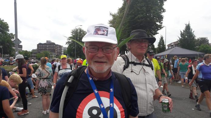 """De tachtigjarige Chris Lievaart uit Axel heeft zijn eerste Vierdaagse er bijna op zitten. ,,Wat een sfeer vandaag. Iedereen weet: 'ik ga het halen'. Ik vind de stemming zo leuk. Je spreek zo veel mensen hier."""" Smaakt dit naar meer? ,,Dat sluit ik zeker niet uit."""""""