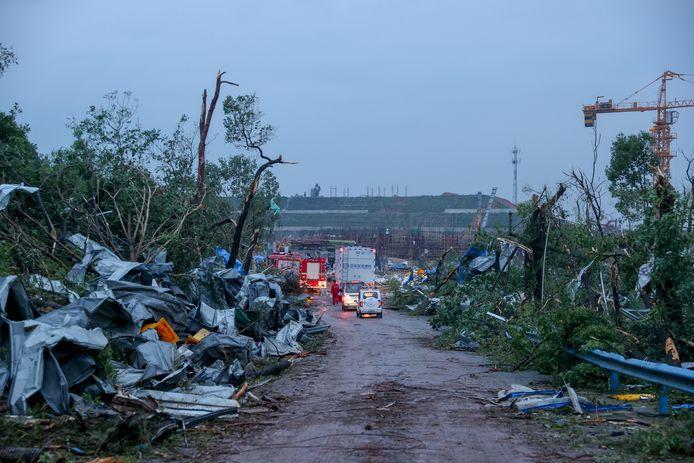 Door de tornado meegevoerde brokstukken langs een weg in Wuhan.