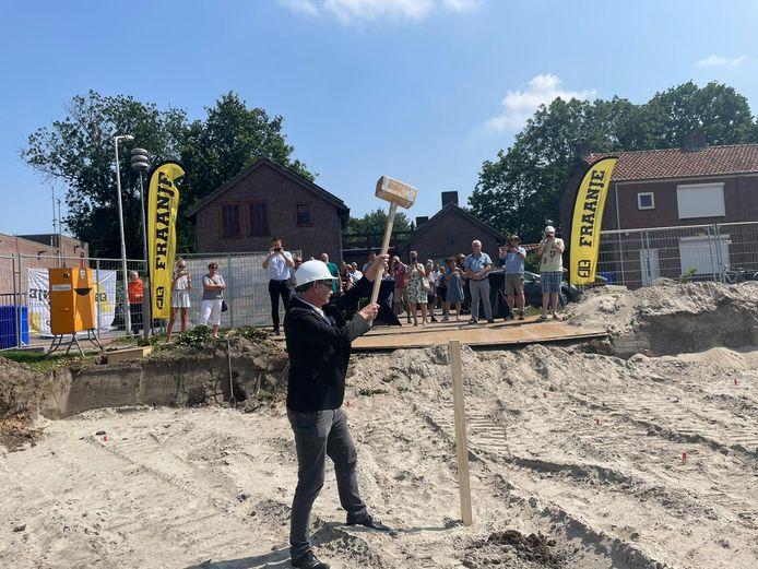 Wethouder Frank van Hulle slaat de eerste paal van de nieuwbouw aan de Singel in Westdorpe. Hij mocht echt aan de slag omdat de heistelling niet op tijd aanwezig kon zijn.