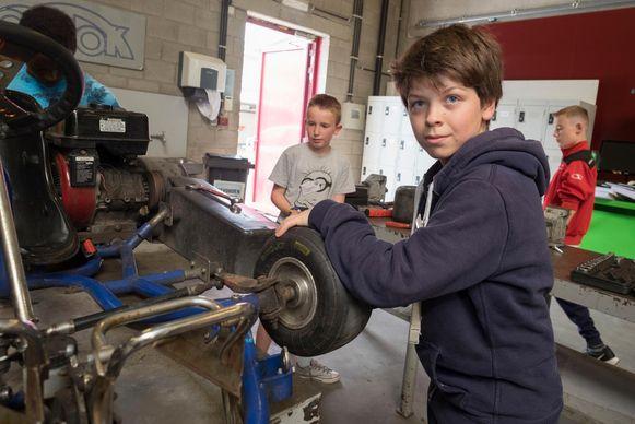 Ilias Moreels leerde een kart herstellen in de workshop Automechanica.