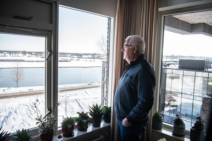 Piet ten Haaf kijkt uit over de Maas.