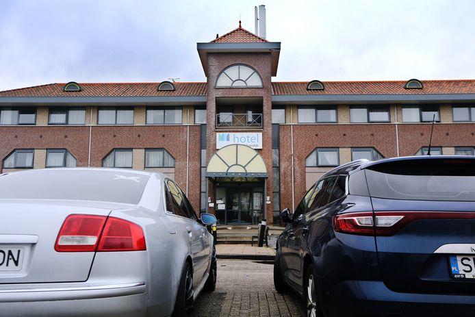 In hotel Port of Moerdijk zijn arbeidsmigranten gehuisvest die veelal uit Polen en Roemenië komen. Volgens de FNV is het een armzalige accommodatie.