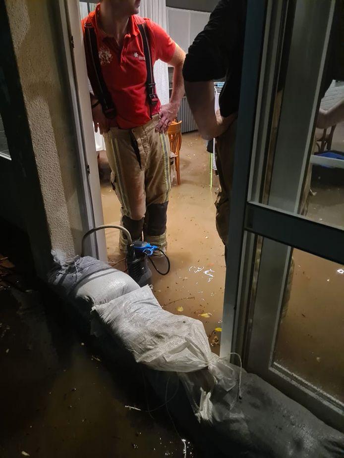 Bij restaurant Kozy langs de Grote Steenweg in Oordegem liep water binnen in de zaak.