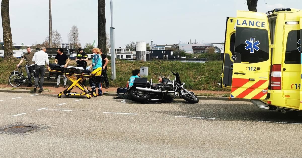 Motorduo gewond naar ziekenhuis na aanrijding in Nijmegen.