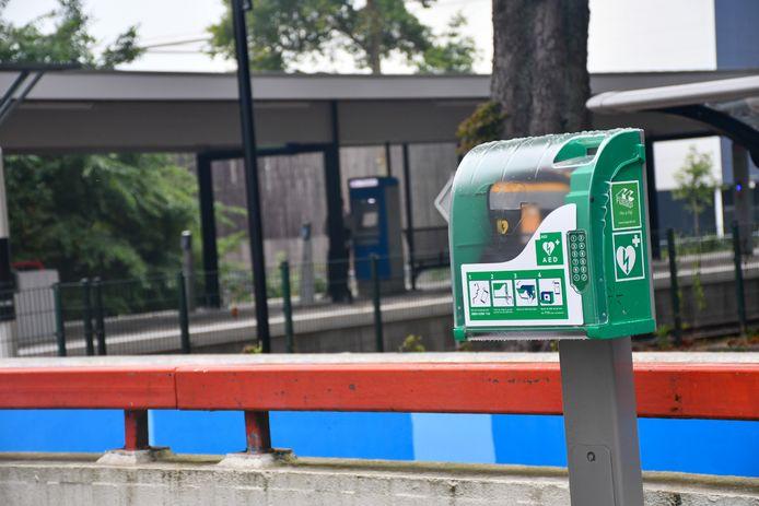 Treinstation Vroomshoop heeft AED gekregen van ProRail en NS.