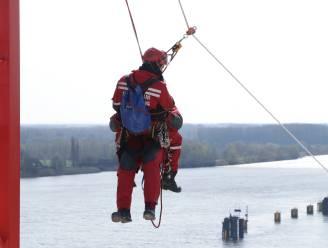 RED-team van brandweer houdt spectaculaire oefening op torenkraan