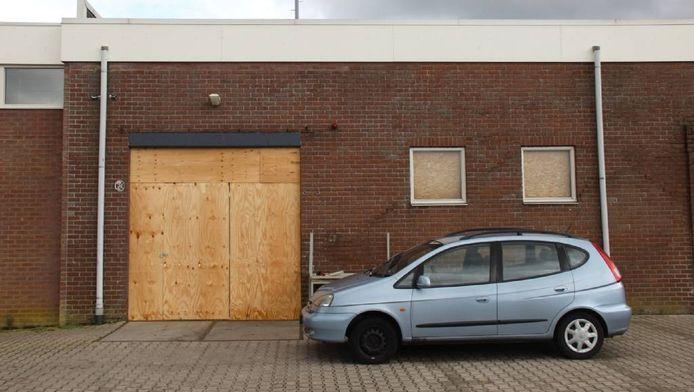 Het dichtgetimmerde bedrijfspand in Roosendaal, waar een arrestatieteam maandag met veel machtsvertoon binnenviel.