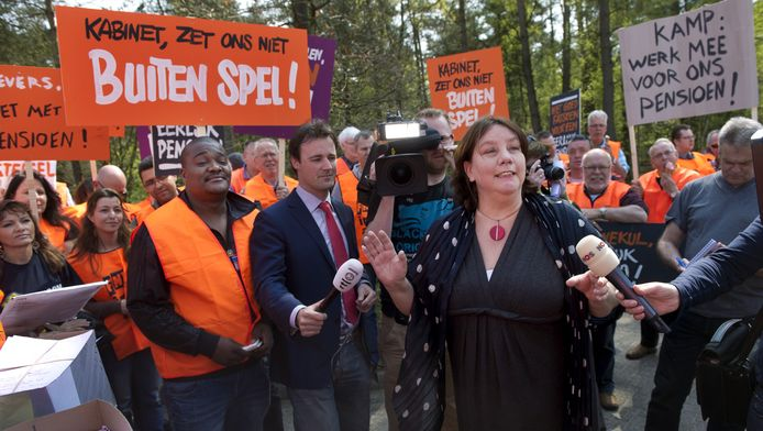 FNV-voorzitter Agnes Jongerius wordt in april 2011 omringd door verontruste leden van FNV Bondgenoten voor overleg over het pensioenakkoord.