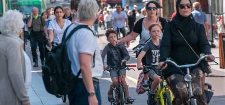 Fietsen in centrum Den Bosch mag weer, iedereen negeert verbod en handhaven te duur