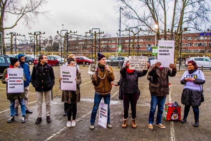 Voor de deur van Annabel verzamelden zich zo'n 15 mensen die demonstreerden tegen de politieke ideeën van Leefbaar Rotterdam en Forum voor Democratie.