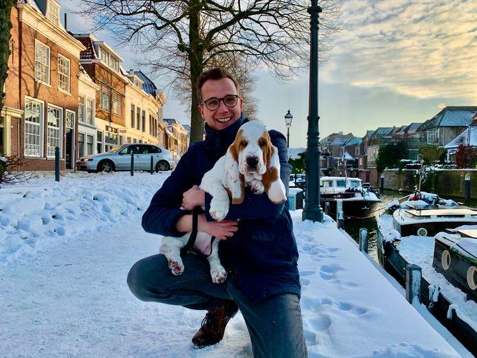 Michel de Bruin met basset hound Jet uit Klazienaveen, vier maanden oud. Iedereen die Jet tegenkomt, wil haar even aaien.