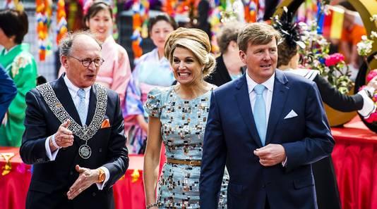 VLNR) Burgemeester Fred de Graaf, koningin Maxima en koning Willem-Alexander tijdens een wandeling door Amstelveen.