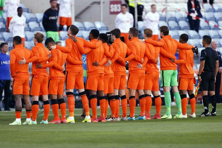 Line-up tijdens de vriendschappelijke wedstrijd tussen Nederland en Schotland.  Beeld ANP