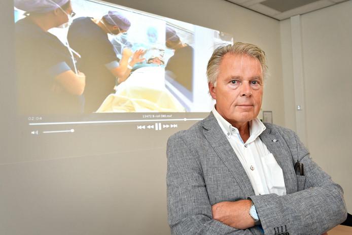 Parkinson-patiënt Boudewijn Teekens met op achtergrond een instructiefilm over Deep Brain Stimulation.