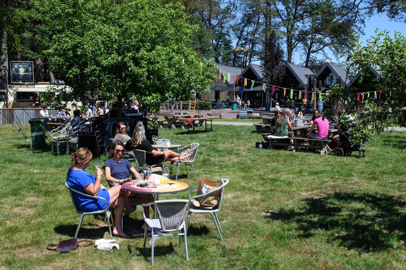 Het terras bij de Twentse Bierbrouwerij in Hengelo wordt druk bezocht deze Tweede Pinksterdag.