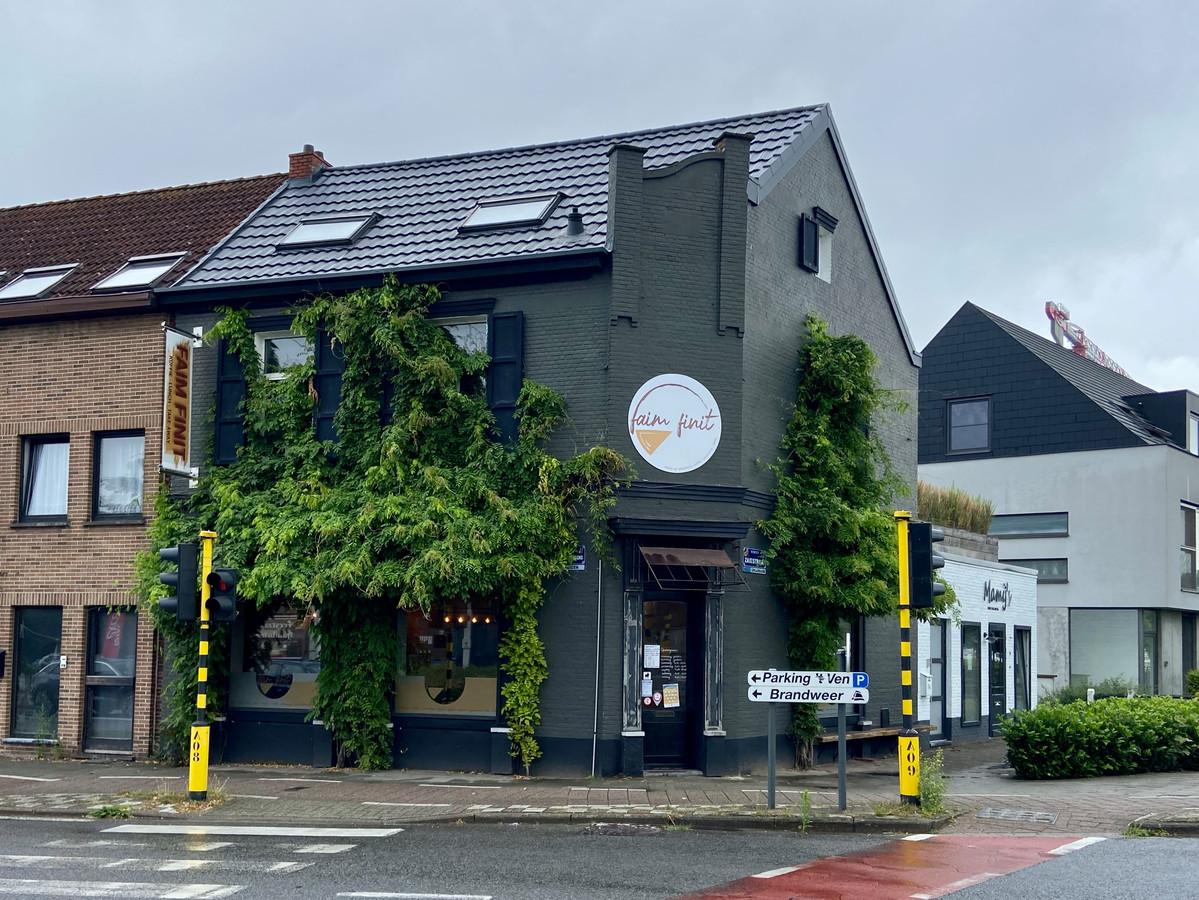 Faim Finit is gevestigd langs de Vaart op de Th. van Cauwenberghslei aan het kruispunt met de Venstraat, Zaatstraat en Villerslei